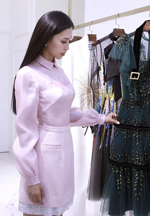 Nhà thiết kế ưu tiên lựa chọn những trang phục đơn giản để tôn lên sự sang trọng, quý phái của người đẹp.    Đặc biệt, màu sắc là một trong những yếu tố được Lê Thanh Hoà ưu tiên khi lựa chọn trang phục cho tân hoa hậu. Anh thường lựa chọn những thiết kế mang tông màu pastel nhẹ nhàng để tôn lên vẻ đẹp dịu dàng, thuỳ mị của Tiểu Vy. Bên cạnh đó, Lê Thanh Hoà còn giúp tân hoa hậu làm mới mình thông qua những chiếc váy khoét sâu để khỏe vẻ gợi cảm hoặc những mẫu váy mang màu sắc rực rỡ để toát lên vẻ trẻ trung, năng động của một thiếu nữ mười tám.