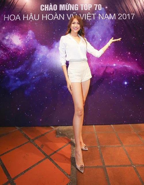 Đôi chân dài không điểm dừng của Lệ Hằng khiến thân trên và dưới của cô trông chẳng khác gì của hai người khác nhau.