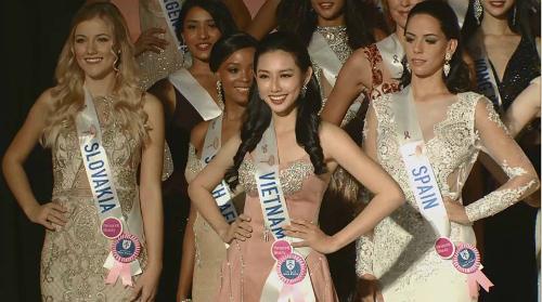 Thùy Tiên rạng rỡ trong buổi khai mạc cuộc thi.