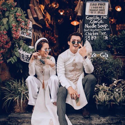 Hôm 19/10, diễn viên Hà Việt Dũng tổ chức lễ cưới tại Hòa Bìnhcùng Hà Nhung - cô gái dân tộc Thái mới quen được 2 tháng. Diễn viên Ngược chiều nước mắt cho biết nhiều người cho rằng lễ cưới của anh diễn ra khá chóng vánh nhưng thực chất, anh và bà xã trong hai tháng đã cùng trải qua rất nhiều chuyện. Cảm thấy hợp và dễ dàng thích nghi với văn hóa của gia đình nên cả hai quyết định về chung một nhà - anh nói.