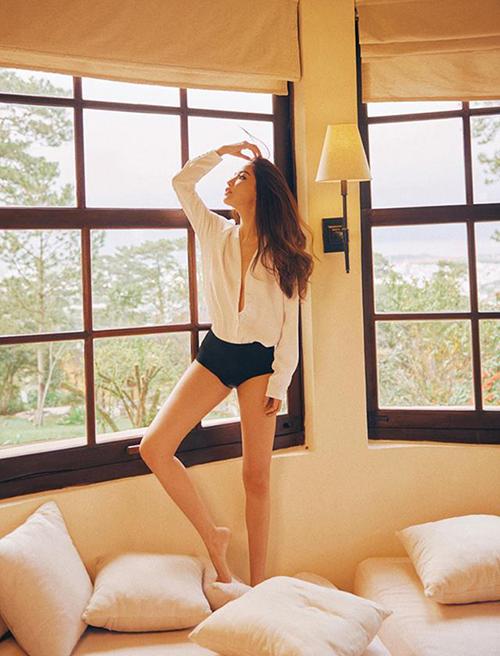 Bích Phương diện quần ngắn cũn khoe đôi chân thon dài cực phẩm.