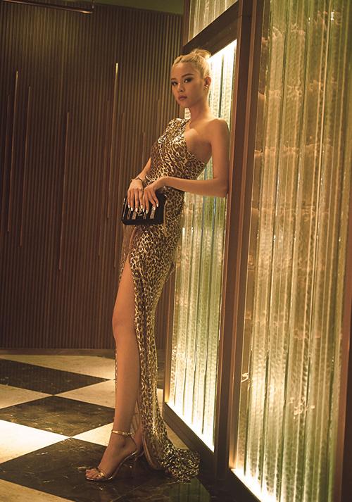Phí Phương Anh biến hóa sáng tạo khi mặc lại váy của thầy Hà Hồ
