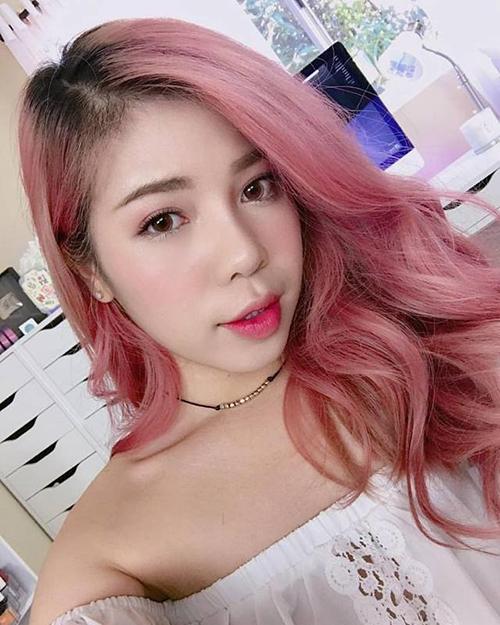 Nổi lên nhờ những clip review son với hình ảnh đầu tư, đẹp chẳng kém tạp chí, Changmakeup được mệnh danh là thánh son Việt, đồng thời là beauty blogger có lượng người theo dõi đông đảo nhất hiện nay. Sau lùm xùm liên quan đến việc bán mỹ phẩm nhái, thời gian gần đây, Changmakeup gần như cũng lặn mất tăm trên mạng xã hội. Cô nàng không ra video mới, cũng ít khi chia sẻ hình ảnh trên trang cá nhân khiến fan rất tò mò.
