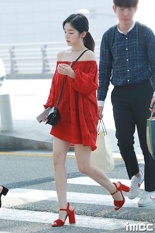Hồi tháng 6, Irene ra sân bay với trang phụcbị nhận xét là sai quá sai. Bộ váy ngắn cũn, rộng thênh không chỉ nuốt chửng vóc dáng nhỏ bé mà còn khiến Irene bị lộ khuyết điểm đôi chân.