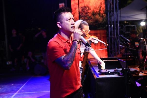 Hômnay (25/10), liveshowCảm ơncủa Tuấn Hưng chính thức diễn ra tại Phố đi bộ Hồ Gươm.Tối qua (24/10), Tuấn Hưng và ekip tiếp tục chạy sân khấu đến tận đêm muộn.