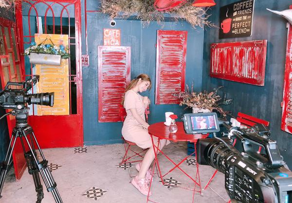 Khổng Tú Quỳnh diện cả cây hồng điệu đà quay sản phẩm mới.