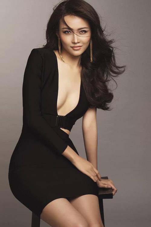 Trương Mỹ Nhân diện chiếc váy khoét ngực sâu táo bạo tôn lên vóc dáng mỹ miều.