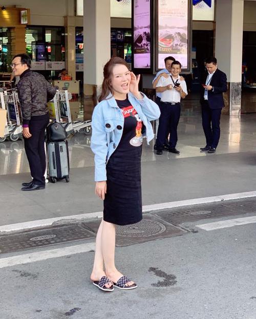 Lý Nhã Kỳ diện đồ giản dị bất ngờ ra sân bay. Cô còn tạo dáng nhí nhảnh chẳng kém teen girl.