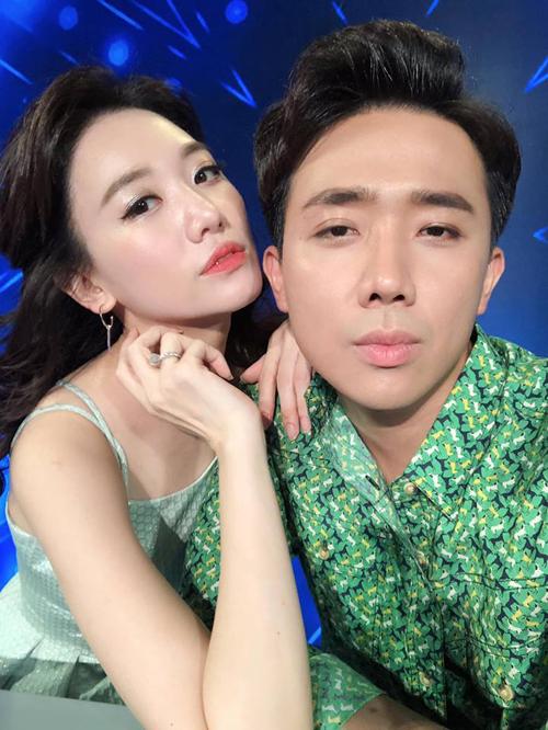 Hari Won và Trấn Thành chọn đồ rất tông xuyệt tông khi đi ghi hình.