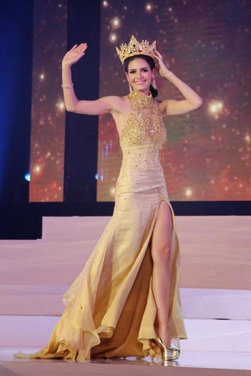Tổ chức lần đầu tiên vào năm 2013 tại Thái Lan, người đẹp Puerto Rico - Chaparro là nhan sắc đầu tiên đăng quang Hoa hậu Hòa bình. Thời điểm đăng quang, nhan sắc châu Mỹ vừa tròn 22 tuổi. Cô sở hữu vẻ ngoài tràn đầy năng lượng. Dù không có lợi thế về ngoại ngữ nhưng cô gái này gây ấn tượng với giám khảo bởi nụ cười tỏa nắng, phong thái tự tin.