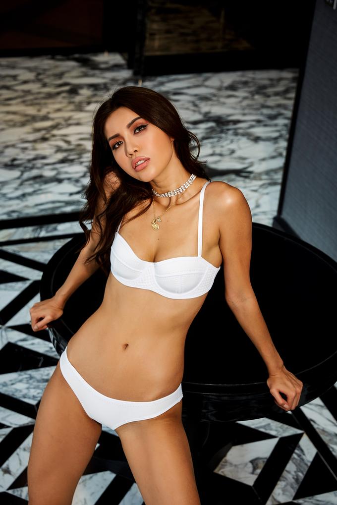 <p> Trong trang phục áo tắm hai mảnh gam màu vàng, trắng và bạc ánh kim, Minh Tú hút ánh nhìn với vẻ sexy lẫn khỏe khoắn.</p>