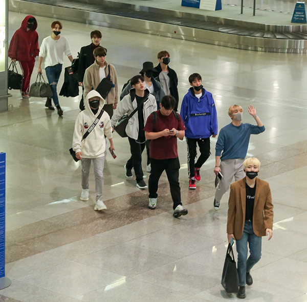 Tham gia biểu diễn cùng nữ ca sĩ còn có nhóm nhạc đồng hương Seventeen. Chiều 25/10, các chàng trai đã có mặt tại TP HCM. Hầu hết các thành viên đều mặc kín cổng cao tường và đeo khẩu trang, tránh lộ sự mệt mỏi. Dù thế,  họ vẫn liên tục vẫy tay chào hàng ngàn fan Việt đến sân bay đón.