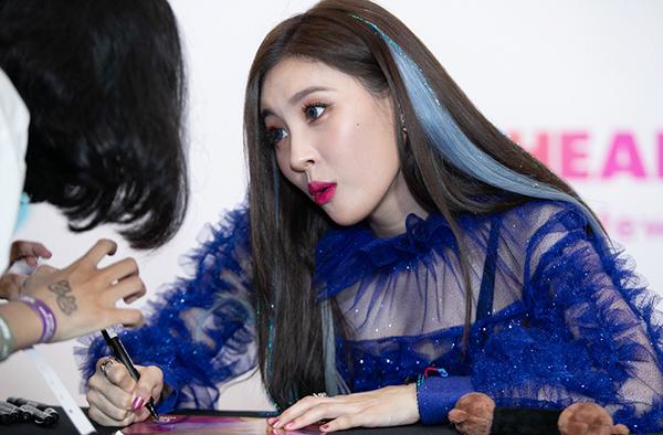 Sunmi đang yêu, Seventeen cool ngầu đốn tim fan trong buổi fan sign - 1