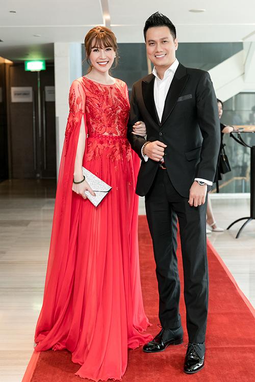 Đến chúc mừng SunD có bộ đôi diễn viên Việt Anh - Quế Vân. Cả hai khoác tay nhau tình tứ.