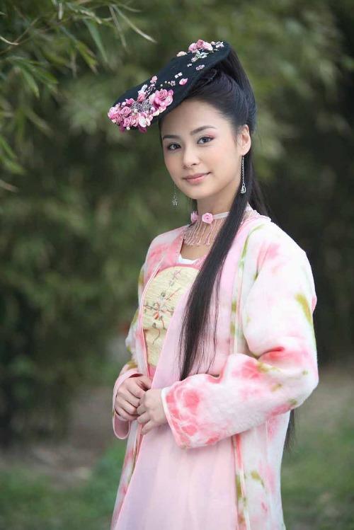 Tạo hình của Chung Hân Đồng trong Cung tâm kế khiến người ta nghi ngờ cô làm mất lòng stylist. Vì không hiểu sao giữa một dàn mỹ nhân như hoa như ngọc của phim, chỉ có Chung Hân Đồng bị hại với kiểu tóc được ví von như miếng lót giày.