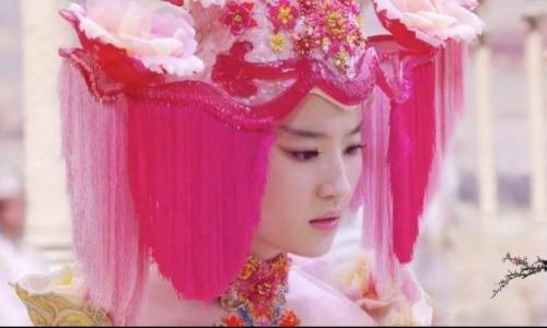 Khán giả khẳng định, tạo hình của Lưu Diệc Phi trong Tam sinh tam thế bản điện ảnh là lý do để phim thất bại thảm hại như vậy. Bạch Thiển trong phim đã được đội thêm rèm cửa cho ngày cưới.