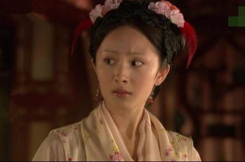 Trong quá khứ, nhiều lần Dương Mịch đã bị hại thê thảm bởi tạo hình. Vai diễn Tình Văn trong Tân Hồng lâu mộng gây khó hiểu cho khán giả với hai chiếc lông trang trí trên đầu.