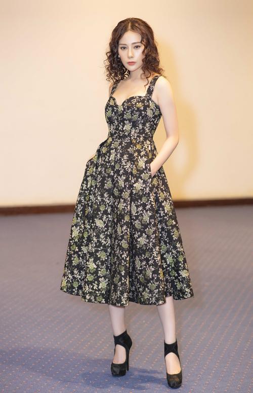 Trong đêm thứ hai của Vietnam International Fashion Week thu đông 2018, nữ diễn viên Phương Oanh nhận lời trình diễn cho một thương hiệu thời trang.