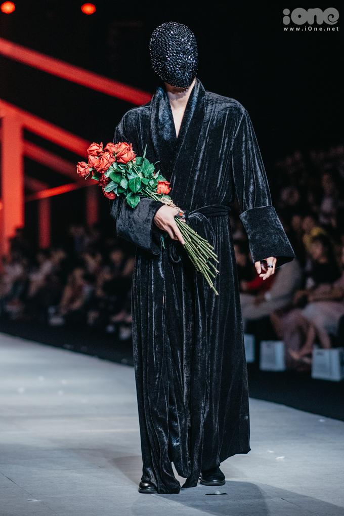 <p> Sau thời gian quen thuộc với những BST thanh lịch dành cho phái nữ, Quán quân Project Runway mùa đầu tiên Hoàng Minh Hà trở lại Vietnam International Fashion Week thu đông 2018 với những thiết kế độc đáo, phá cách cho nam giới.</p>