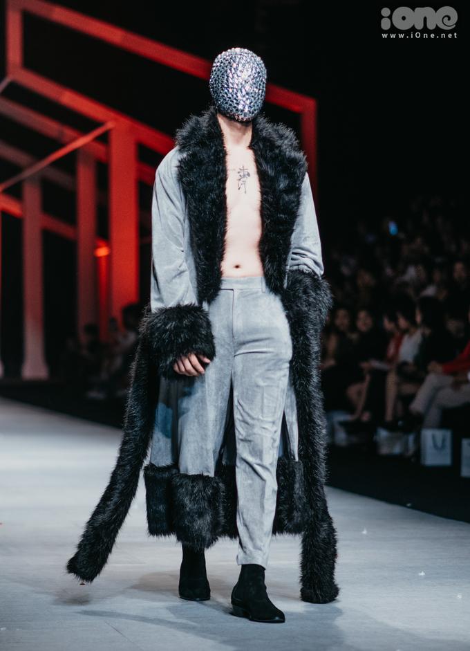 <p> Khi các người mẫu nam bước ra với những chiếc áo choàng quyến rũ, phanh áo khoe body cũng là lúc khán giả vỗ tay không ngớt.</p>