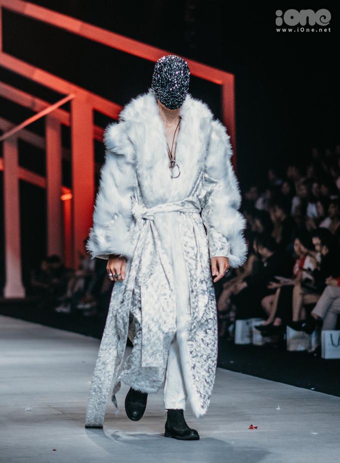 <p> Rất nhiều người xem tò mò khi thấy các người mẫu dù đeo mặt nạ kín mít nhưng vẫn sải bước rất bản lĩnh và tự tin.</p>