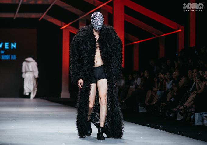 <p> Đi ngược lại với những quy cách thiết kế, trình diễn thông thường, Hoàng Minh Hà đem đến điểm nhấn ấn tượng cho đêm diễn thứ hai của tuần lễ thời trang.</p>