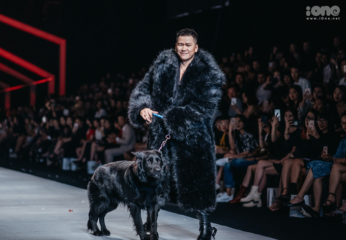 """<p> Kết thúc show diễn, Hoàng Minh Hà bước ra chào kết khán giả với chú chó lông đen tuyền. Nhiều khán giả thích thú khi thấy chú chó khá """"nhút nhát"""", NTK phải tốn khá nhiều công sức mới có thể dẫn chú đi hết chiều dài sàn catwalk.</p>"""