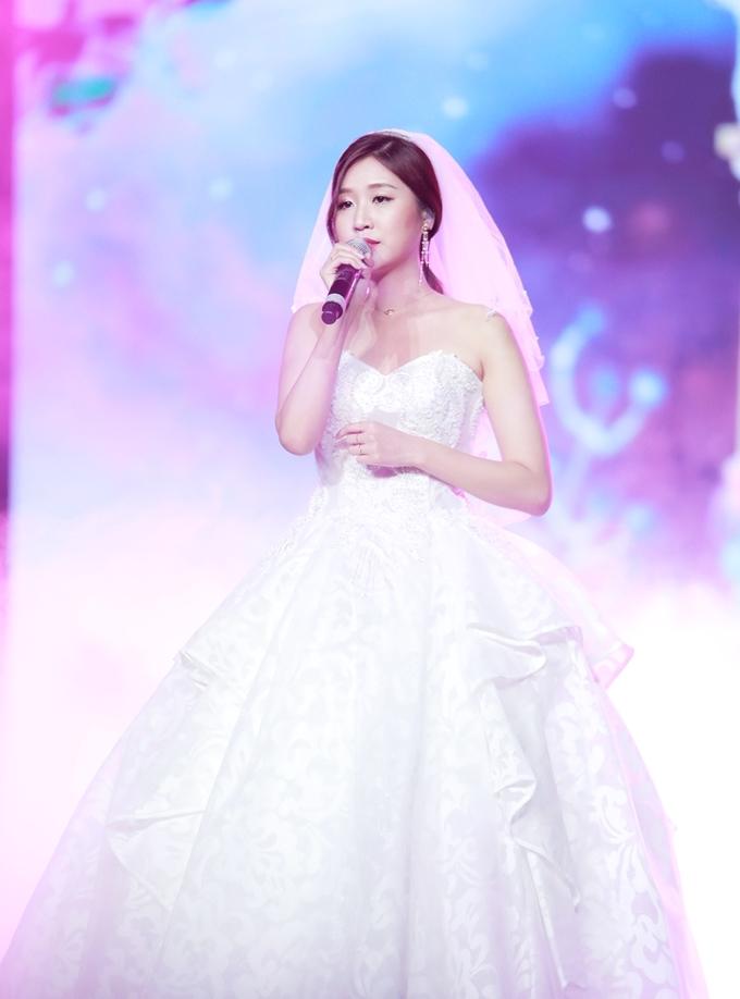 """<p> Jinju - cô gái người Hàn Quốc vừa debut tại thị trường Việt Nam thể hiện """"Cho ta gần nhau"""" và """"Chạm đáy nỗi đau"""".... Với sân khấu này, Jinju còn thể hiện """"Giả vờ nói yêu em đi"""" - ca khúc vừa debut.</p>"""