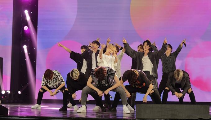 """<p> Sân khấu thật sự bùng nổ với sự xuất hiện của 13 chàng trai Seventeen. Họ chứng minh sức hút """"xuyên biên giới"""" với 3 ca khúc """"Oh my"""", """"Don't wanna cry"""" và """"Clap"""".</p>"""