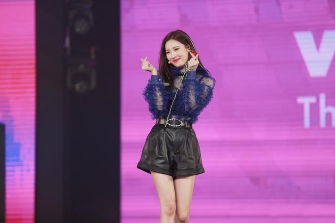 """<p> Sau hai màn biểu diễn và một phần giao lưu ngắn, khán giả luyến tiếc gọi """"Lee Sunmi"""" (tên thật của cô). Sunmi liền có động tác bắn tim để thể hiện tình cảm.</p>"""