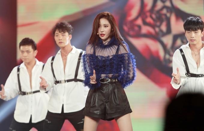 """<p> """"Nữ thần gợi cảm"""" Sunmi xuất hiện khiến fan phấn khích reo hò. Với """"Gashina"""" và ca khúc mới """"Siren"""", Sunmi khoe vũ đạo điêu luyện.</p>"""