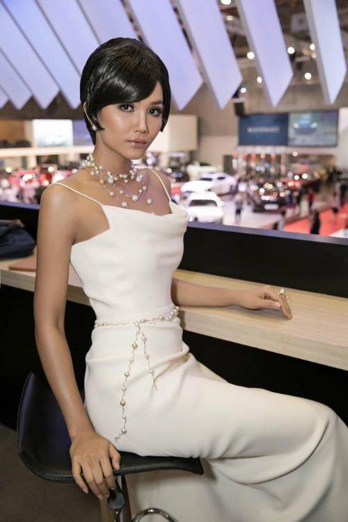 Tuy nhiên, mái tóc ngắn cổ điển dường như không liên quan lắm đến trang phục mà hoa hậu sinh năm 1992 diện.