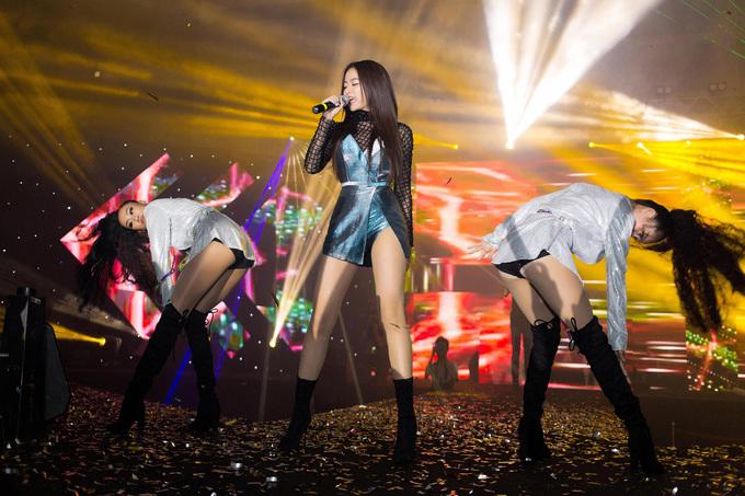 <p> Hoàng Thùy Linh khoe vũ đạo sexy, cuốn hút trên sân khấu.</p>