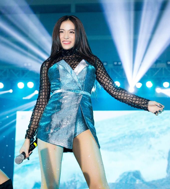 <p> Hoàng Thùy Linh xuất hiện đầy sexy với bộ jumsuit kết hợp giữa hai màu xanh và đen khoe chân dài, eo thon.</p>