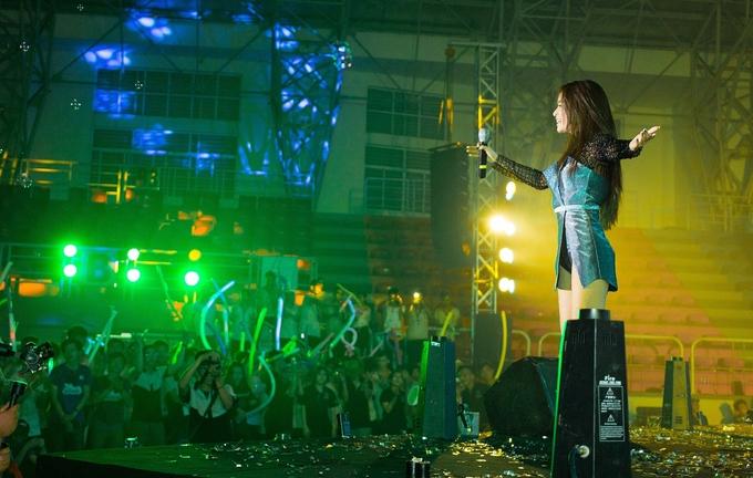 <p> Hàng nghìn sinh viên hòa nhịp, hát chung cùng cô.</p>