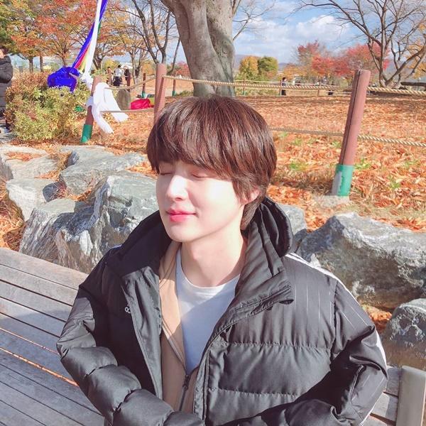 Ahn Jae Hyun khoe vẻ mỹ nam trong thời tiết mùa thu tuyệt đẹp ở Hàn Quốc.