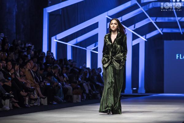 Trong đêm bế mạc Vietnam International Fashion Week thu đông 2018, Hoa hậu Hương Giang gây chú ý khi xuất hiện với vai trò vedette cho bộ sưu tập của Flanerie. Người đẹp bước ra sân khấu đầy bản lĩnh trong cây suit màu xanh rêu, tạo hình ảnh quyền lực.