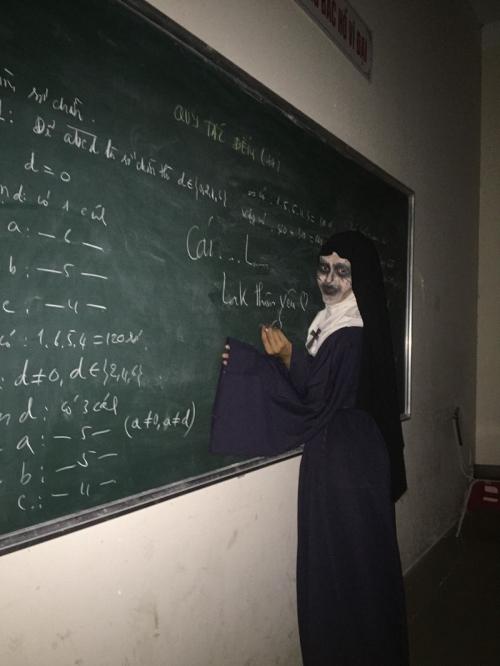 Valak phiên bản lớp học.