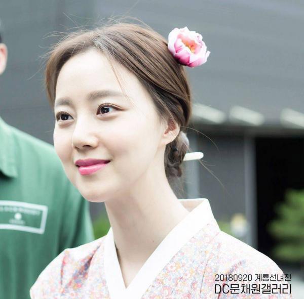 Vẻ ngoài trong veo của Moon Chae Won.