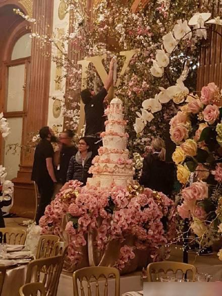Khắp hội trường được trang trí đầy hoa tươi, hai chữ cái JY viết tắt tên cô dâu chú rể nổi bật giữa nền hoa.