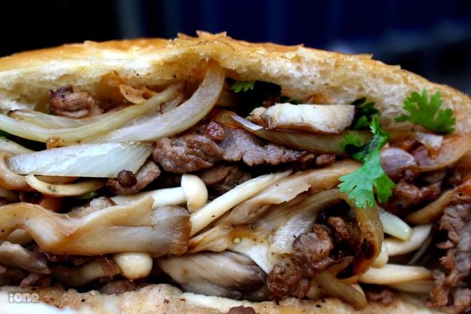 """<p> """"Mặt cắt"""" hấp dẫn của chiếc bánh mỳ bò xào nấm.</p>"""