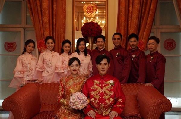 Đường Yên - La Tấn diện trang phục cưới truyền thống màu đỏ, được thêu tay bằng chỉ vàng.