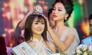 Ngọc Nữ tháo kẹp tóc để đội vương miện cho tân Hoa khôi