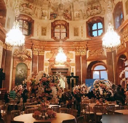 Khung cảnh bên trong cung điện nơi tổ chức tiệc thiết đãi khách khứa đầy vẻ lộng lẫy.