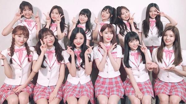 IZONE có 3 thành viên người Nhật là Miyawaki Sakura, Yabuki Nako và Honda Hitomi. Sakura ngồi hàng đầu, thứ ba từ phải sang.