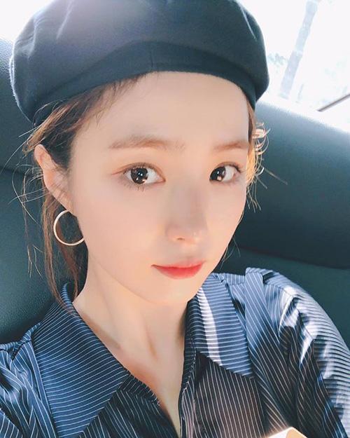 Shin Se Kyung chăm chỉ đăng ảnh lên mạng xã hội. Ngôi sao có gu thời trang sành điệu, vẻ đẹp mong manh không kém cạnh các hậu bối.