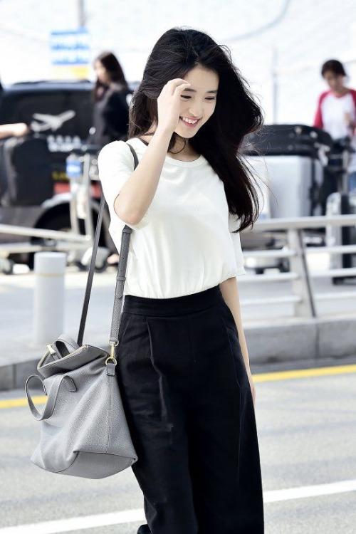 Kim Tae Ri được khen vì có khí chất đặc biệt thu hút, khó nhầm lẫn trong Kbiz. Mỗi khi cười, nữ diễn viên toát lên vẻ trong sáng, thơ ngây.