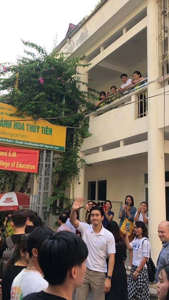 Nam nghệ sĩ xứ kim chi liên tục vẫy tay chào fan.