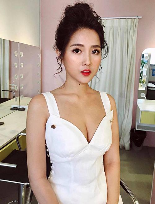 Kiều Trinh không còn nhận ra chính mình khi được trang điểm kiểu quyến rũ, diện váy o ép vòng một sexy.
