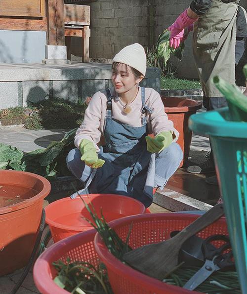 Jun Vũ lần đầu được trải nghiệm muối kim chi đúng cách người bản xứ khi sang Hàn Quốc.